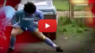 Όταν ο Ντιέγκο Μαραντόνα έπαιξε μπάλα σε ένα γήπεδο βάλτο για ένα παιδί-ΒΙΝΤΕΟ