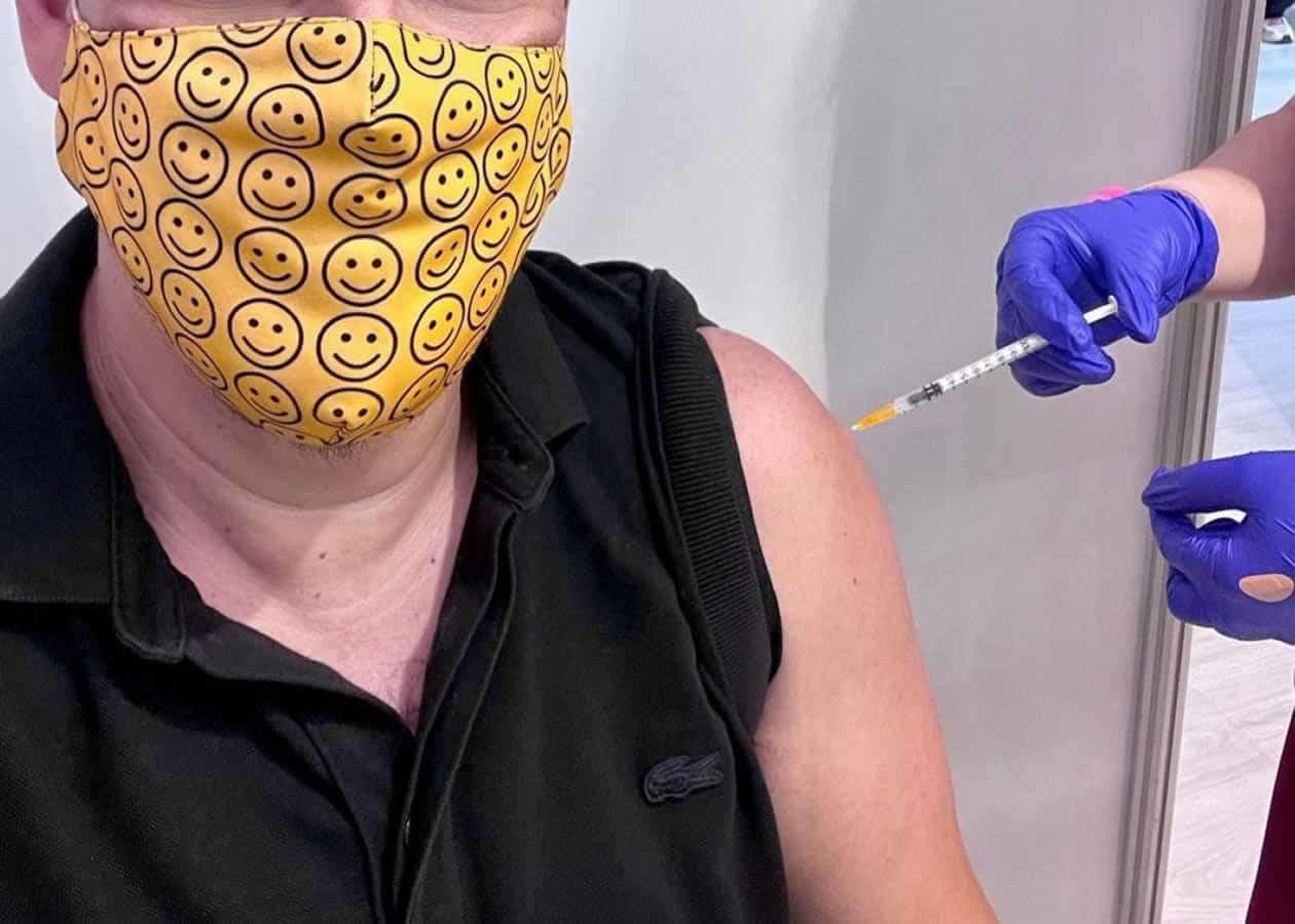 Ο πασίγνωστο τραγουδιστής Πάνος Κιάμος, πήγε στο Εμβολιαστικό Κέντρο Ξιφασκίας για να κάνει απλά...το χρέος του, όπως αναφέρει