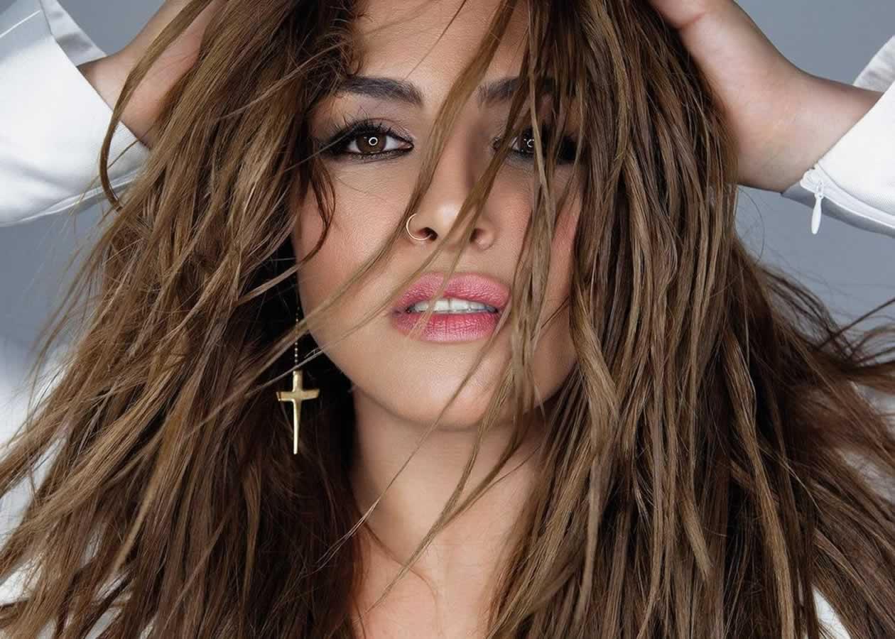 Η Έλενα Παπαρίζου είναι ξεχωριστή απο πολλές απόψεις. Είναι μια απο τις καλύτερες τραγουδίστριες που έχουμε στην Ελλάδα και αδιαμφησβήτητα