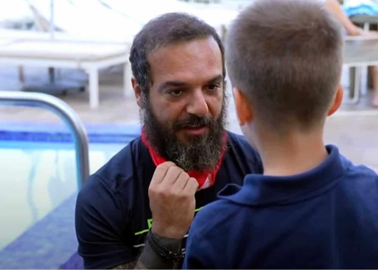 Ο Τριαντάφυλλος μίλησε με έναν μικρό Έλληνα θαυμαστή του στο Miami των ΗΠΑ όπου η Κόκκινη ομάδα ταξίδεψε μετά και την δεύτερη νίκη τους