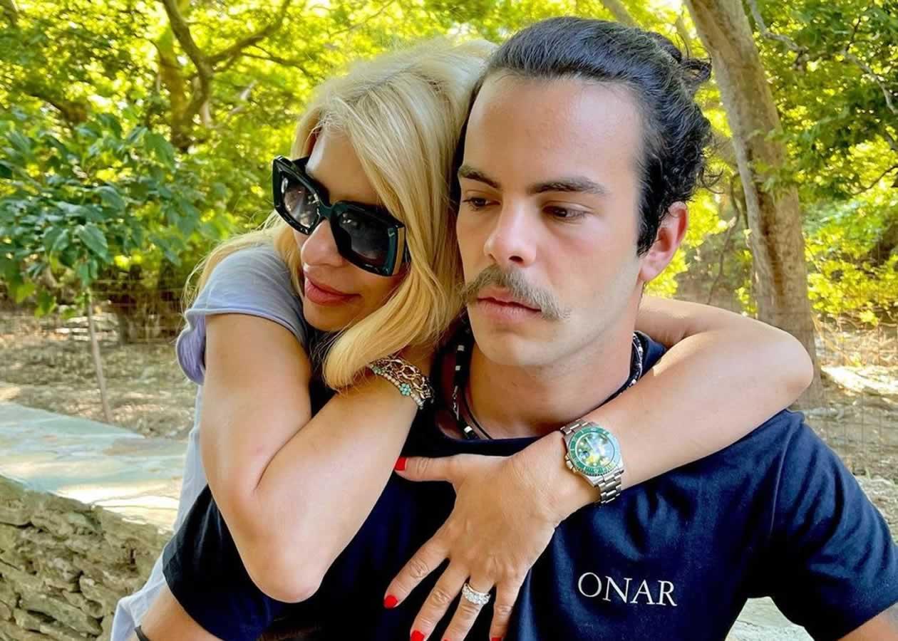 Η Ελένη Μενεγάκη βρίσκεται στην Άνδρο και συγκεκριμένα στο εναλλακτικό ξενοδοχείο του συζύγου της Onar στην περιοχή Άχλα του Κυκλαδίτικου νησιού.