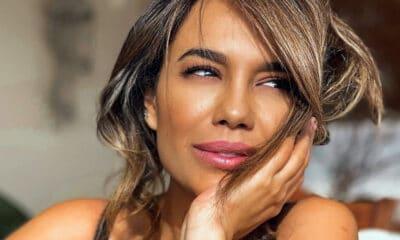 Η πανέμορφη ηθοποιός Πηνελόπη Πλάκα βρίσκεται στην Μάνη και φωτογραφίζεται με φόντο το γραφικό Λιμένι, το εντυπωσιακό παραθαλάσσιο χωρίο