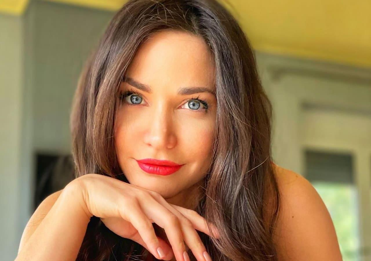 Τα πιο εντυπωσιακά μάτια της Ελληνικής τηλεόρασης ανήκουν αδιαμφησβήτητα στην Κατερίνα Γερονικολού! Έχει χαρακτηριστεί μια απο τις πιο όμορφες
