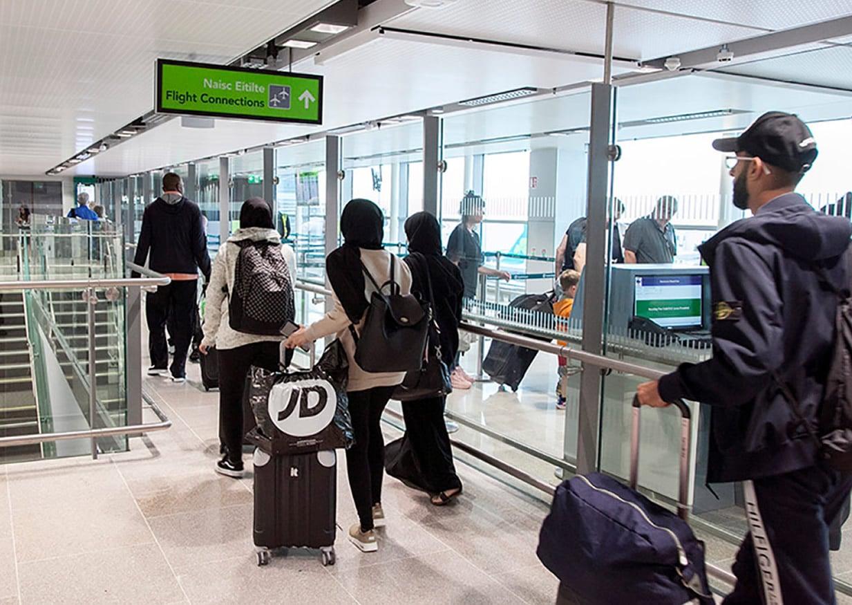 Βρέθηκαν στην αίθουσα αναμονής ενός αεροδρομίου ένας Ιταλός, ένας Γάλλος και ένας Έλληνας και όπως καθόντουσαν και περίμεναν την