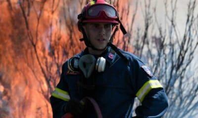 Ισχυρή δύναμη της Πυροσβεστικής βρίσκεται αυτή την στιγμή και προσπαθεί να σταματήσει την εξάπλωση της φωτιάς στον Βαρνάβα Αττικής