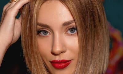Θεωρείται και όχι άδικα μία από τις ομορφότερες Ελληνίδες και όλοι την παρομοιάζουν με την Σκάρλετ Γιόχανσον.H ξανθιά καλλονή πρώην παίκτρια