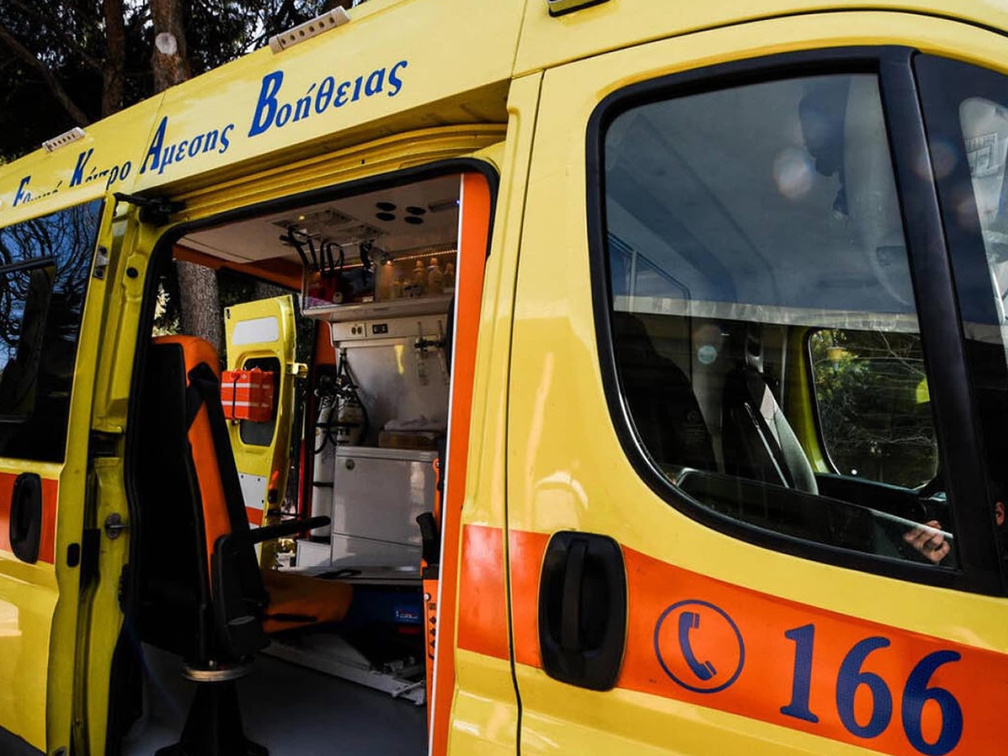 Ένα τροχαίο δυστύχημα έχει προκαλέσει σοκ στην κοινωνία του Αγίου Βασιλείου Αχαΐας αφού μια μητέρα και γιαγιά 62 ετών ανασύρθηκε