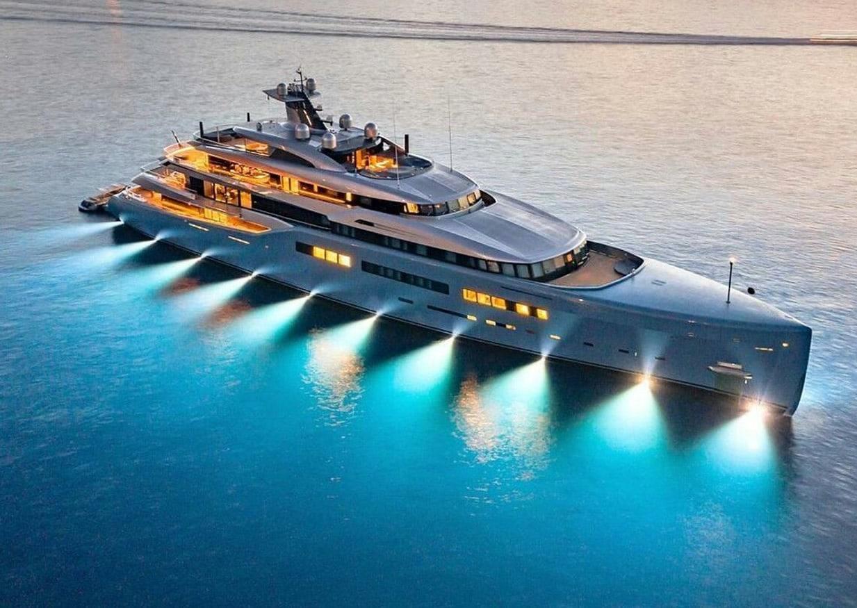 Ένα πραγματικά εντυπωσιακό superyacht έδεσε σήμερα το πρωί στο λιμάνι του Ναυπλίου και όλοι έψαχναν να ανακαλύψουν ποιος είναι ο