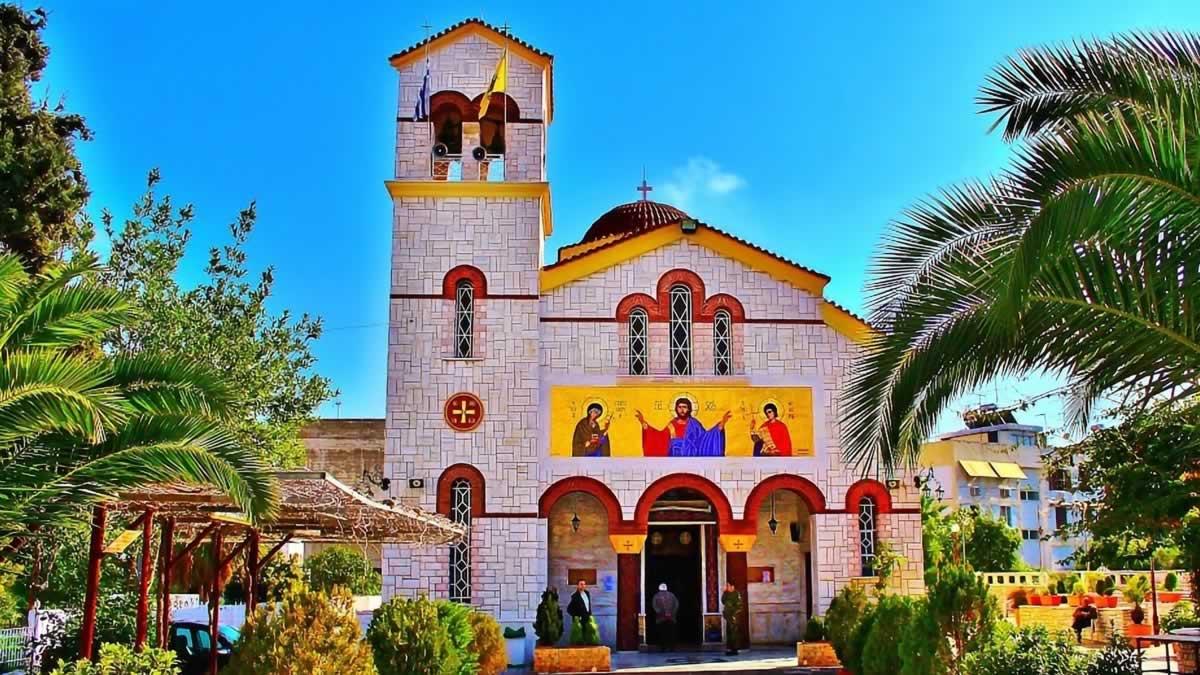 Πολλοί πιστεύουν ότι πολιούχος Άγιος στην Δραπετσώνα είναι ο Άγιος Φανούριος. Η αλήθεια όμως είναι ότι είναι ο Άγιος Παντελεήμονας.