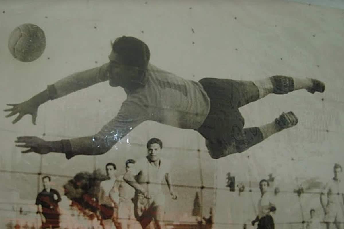Θρήνος στην οικογένεια του Ολυμπιακού η οποία σήμερα αποχαιρετάει ένα θρυλικό μέλος του, τον τερματοφύλακα Γιώργο Δελαπόρτα ο οποίος