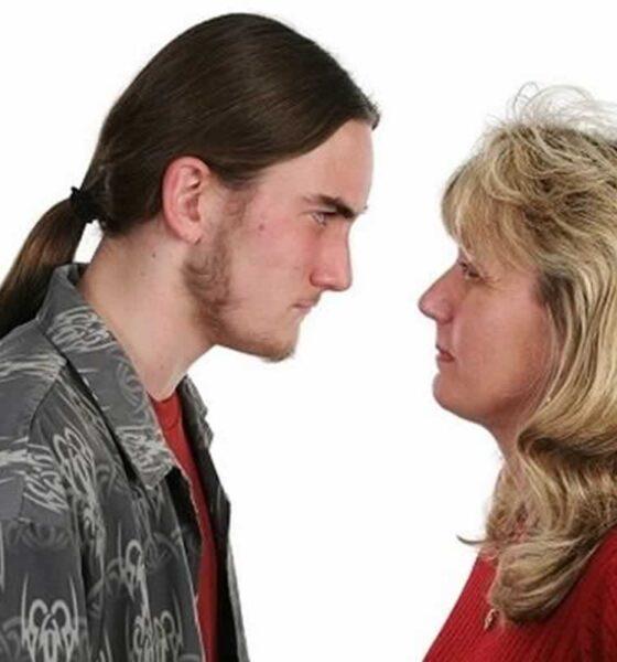 Κάποια μέρα, αποφάσισε η μητέρα ενός φοιτητή που σπουδάζει στην Αθήνα, να έρθει να επισκεφτεί τον γιο της τον Γιάννη. Με το που φτάνει